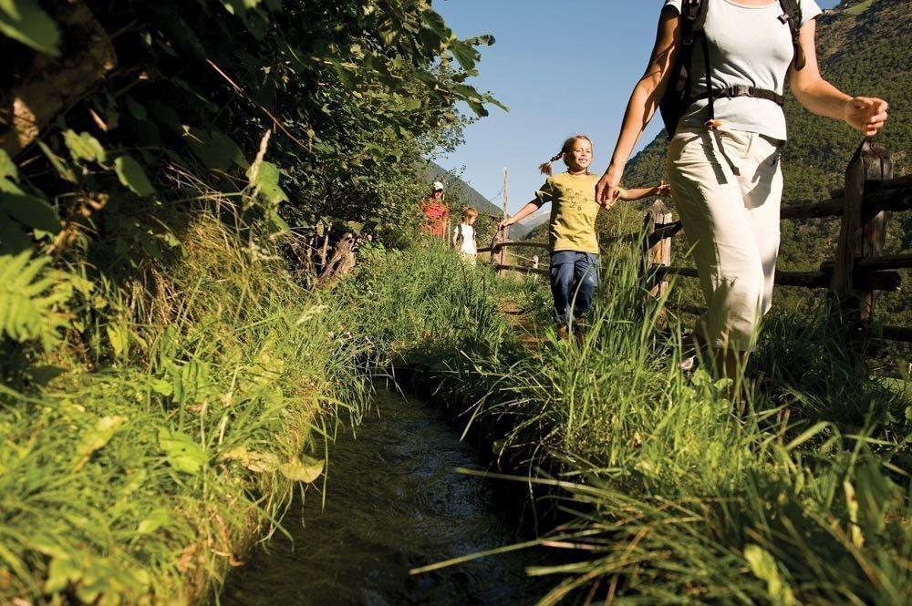 Il piacere della natura e il divertimento nel tempo libero in una vacanza in famiglia in agriturismo